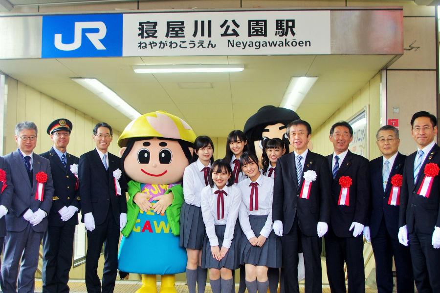 式典に参列した同市の北川市長(右から4番目)、たこやきレインボー(中央)ら(16日・寝屋川市内)
