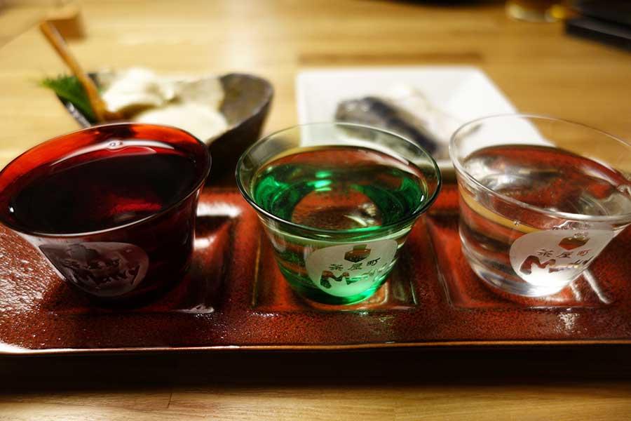 飲み比べセット1000円、京都北山の恋豆腐280円、とろ鯖 くんせい380円など、日本料理店ならではの技が効いた一品料理がそろう(茶屋町Marry)