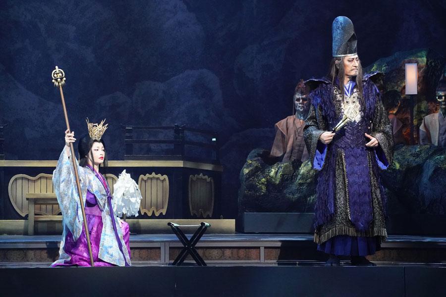 巫女頭の黄泉津(よもつ)の方を演じるりょう(左)と奥華の当主・奥華秀衡(おうがのひでひら)を演じる橋本さとし 写真/田中亜紀