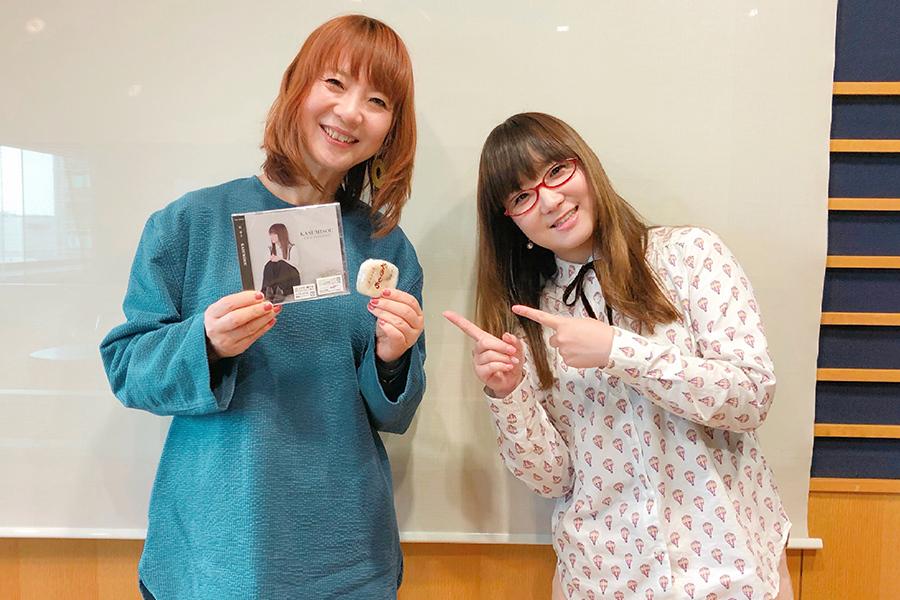 FM OH!『LOVE FLAP』にゲスト出演した奥華子(右)。左はDJの谷口キヨコ(12日・大阪市内)