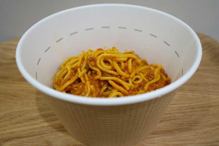 カップに入ったパスタ、さいごにほぐしオイルとソースを入れ、よくかき混ぜて完成