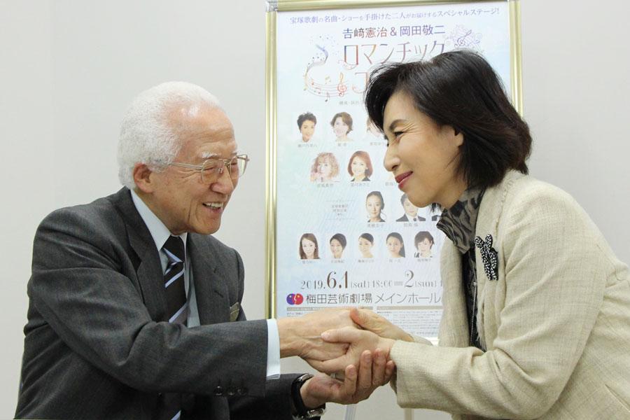取材会の最後は自然と握手を交わした2人。「私たちも楽しみながら、先生をお祝いするように頑張って歌います」と杜