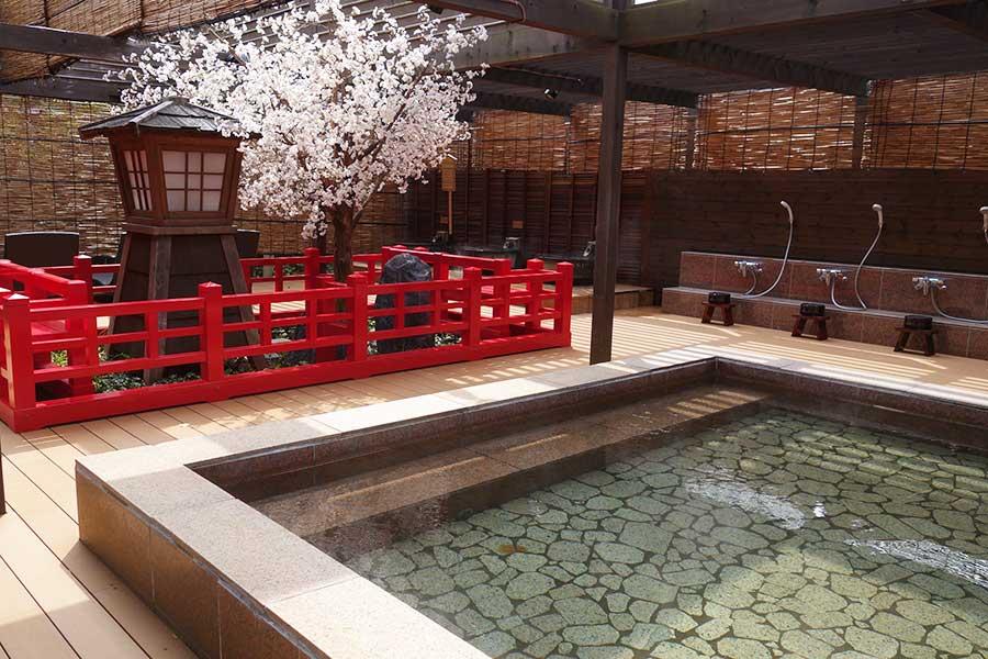 四季を感じられる露天風呂スペース。春は桜の人口植栽が楽しめる