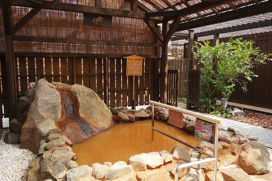 有馬温泉の名物・金泉は露天風呂スペースで楽しめる