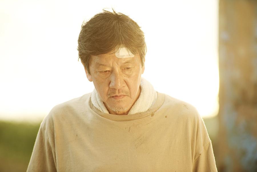 妻の死をきっかけに自堕落な生活を送る父・信綱役の奥田瑛二 ©『洗骨』製作委員会