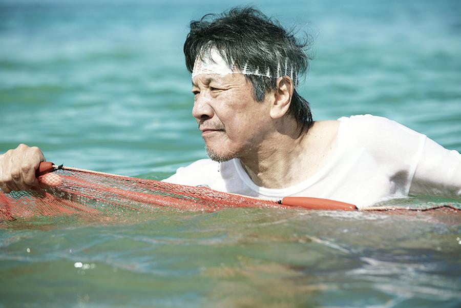 映画『洗骨』のスクー漁のシーン ©『洗骨』製作委員会