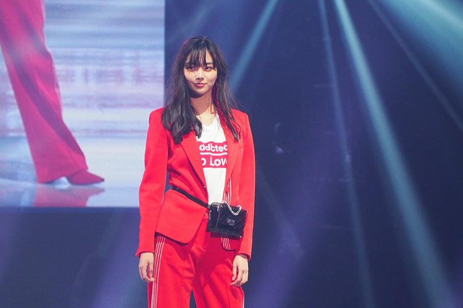 赤のスーツスタイルで登場した新川優愛(3日・神戸市内)