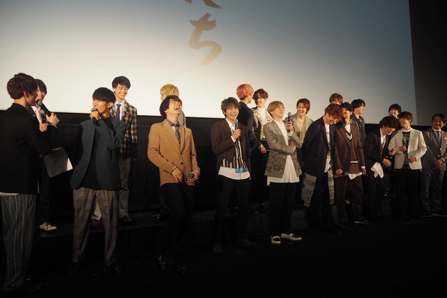 室龍太(前列1番左)のMCにツッコミを入れまくるSixTONESやSnow Manら(29日・大阪市内)
