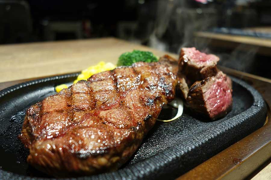 4種類の部位から好きな部位2種を選んで組み合わせて楽しめるステーキステーキ300g1690円。写真はフラップ(カイノミ)&トップ(ミスジ)の低カロリーコンビ