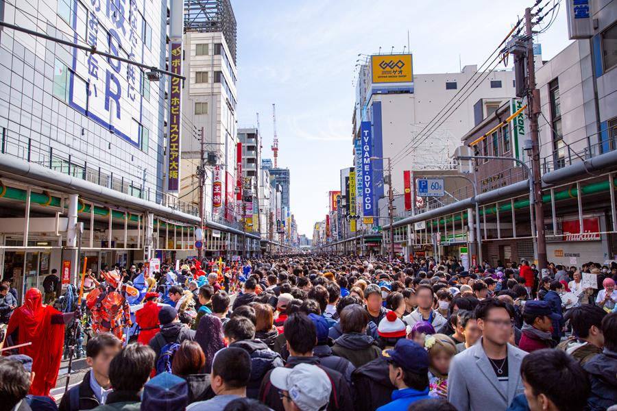 日本最大級コスプレ祭、街全体がお祭りに