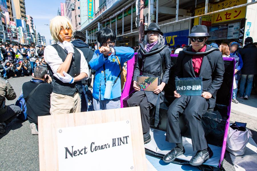 コナンと安室透、その隣には名探偵コナン第1話「ジェットコースター殺人事件」のジンとウォッカ