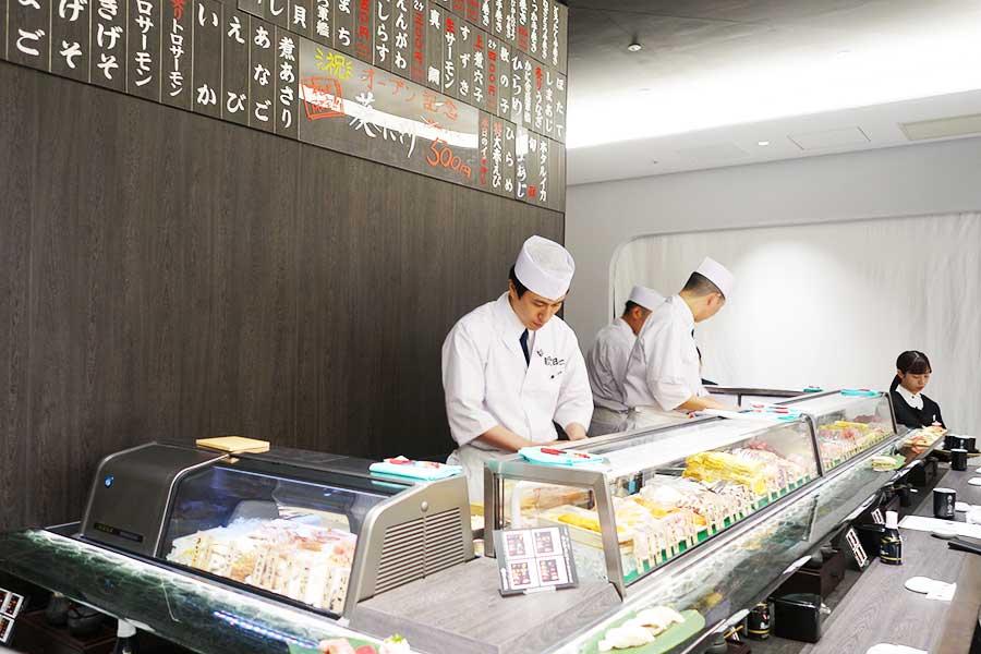 職人たちが目の前で握ってくれる。付け台(お鮨を直接置く台)には再生ガラスを使用