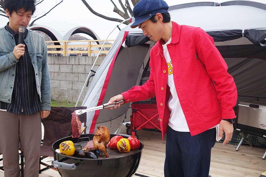 ビア缶チキンとして知られる「丸鶏ビール蒸焼き」の回りに、パプリカ、エリンギ、ナスを置き、すべてまるごと焼くたけだバーベキュー