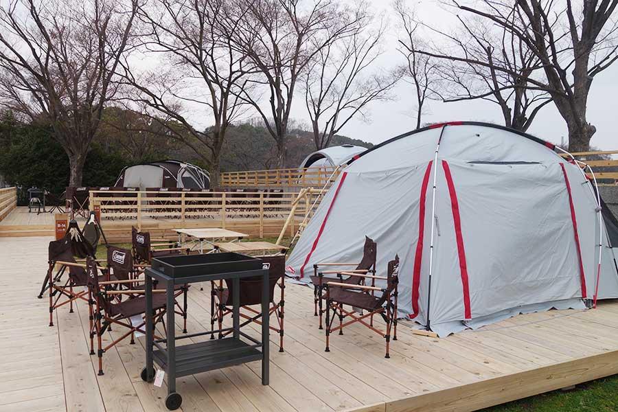 「コールマン」のテントが並ぶ。写真はarea-B、手前は2000円、奧は18名で利用でき5000円