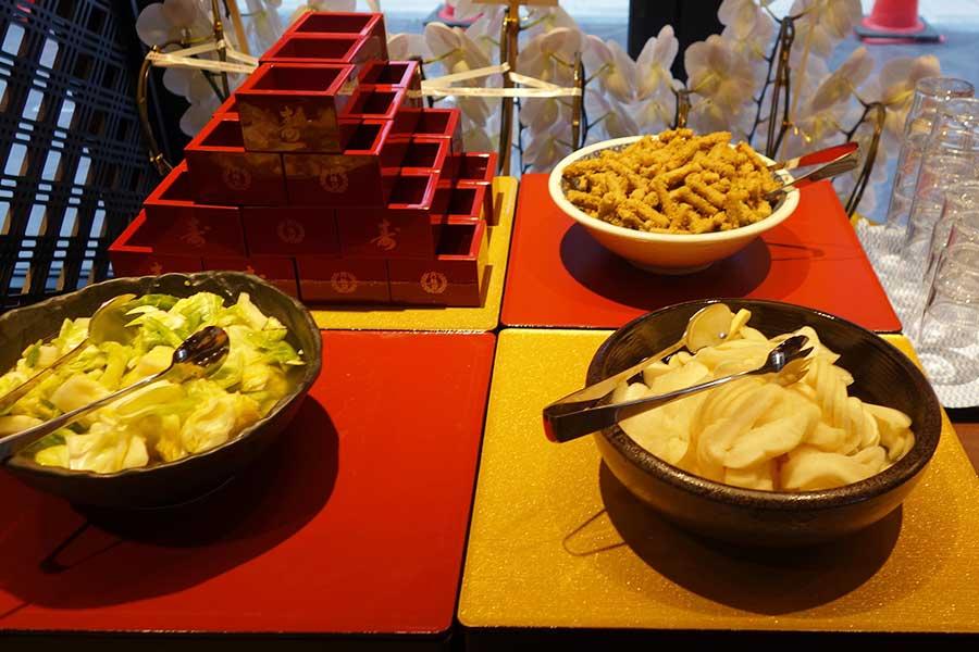 「お漬物ビュッフェ」では、ご飯や味噌汁も食べ放題に