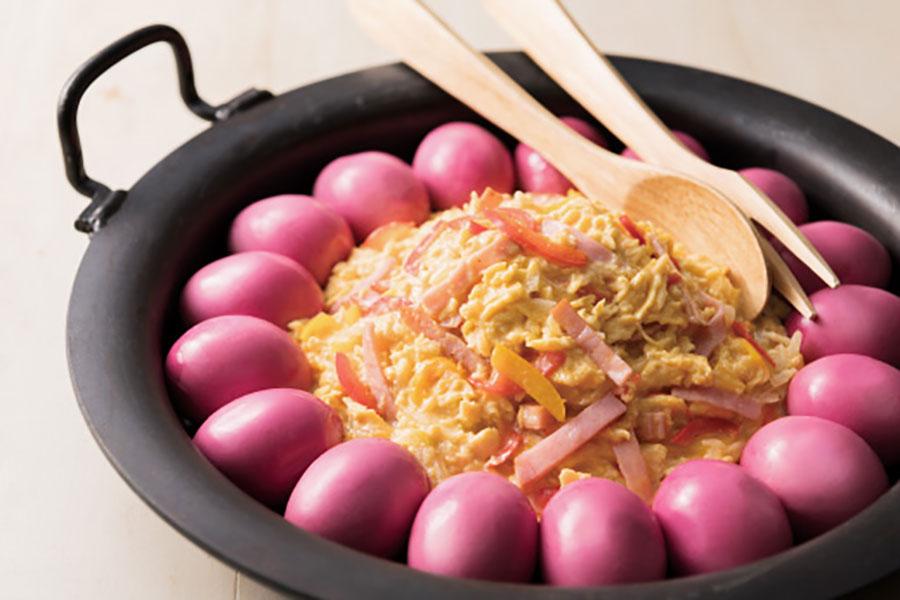 真っ赤にそめられたゆで卵と、スクランブルエッグを大鍋に盛り付けた卵料理