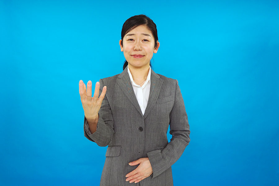 新元号「令和」を表す手話の動き(2)ゆっくりと手を身体の前方に伸ばしながら、指を開き「花開く」さまを表現する