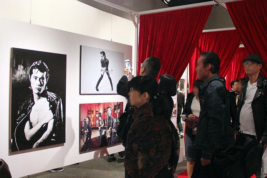 矢沢永吉のデビューから47年間の写真のほか、プライベートの写真も並んだ展示会(17日・大阪市内)