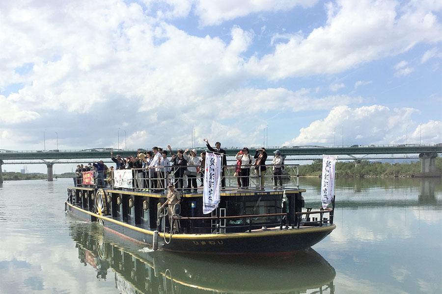『淀川浪漫紀行』で淀川をクルーズする観光船「ひまわり」