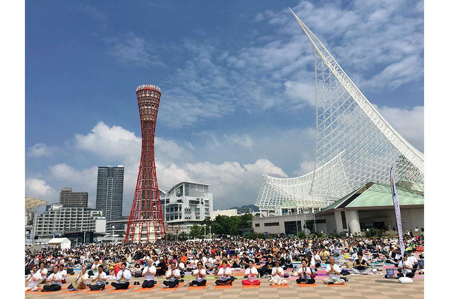 2018年、神戸の「メリケンパーク」(神戸市中央区)で開催された1000人ヨガの様子