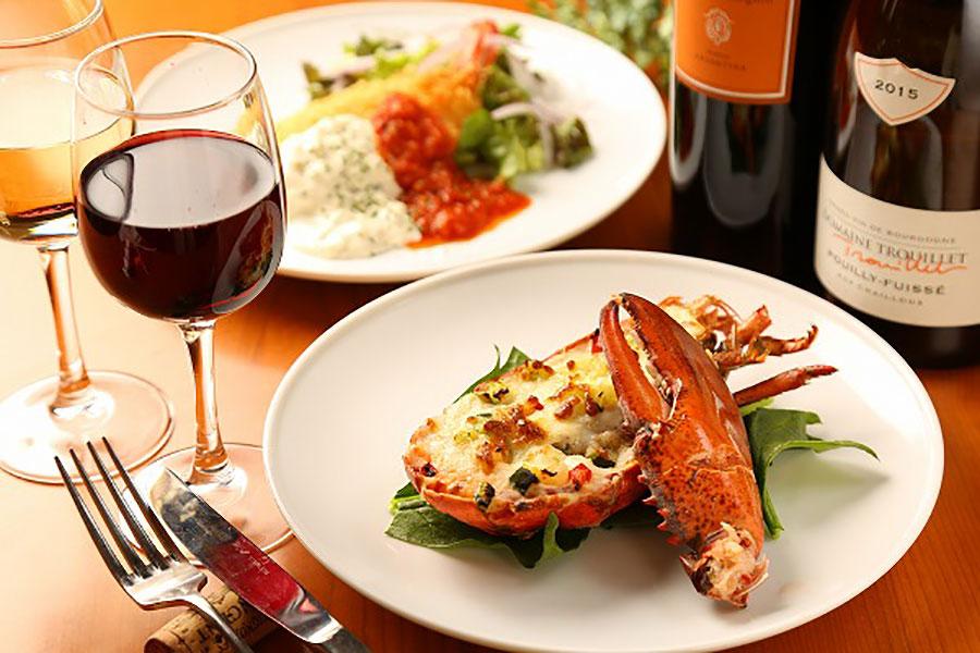 「たっぷりホワイトソースのあつあつグラタン」(1300円)など、オマール海老はさまざまな料理で登場