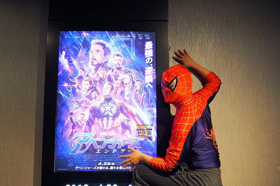 前作『インフィニティ・ウォー』の最後に塵になってしまったスパイダーマンも、仲間の活躍を見に駆けつけた