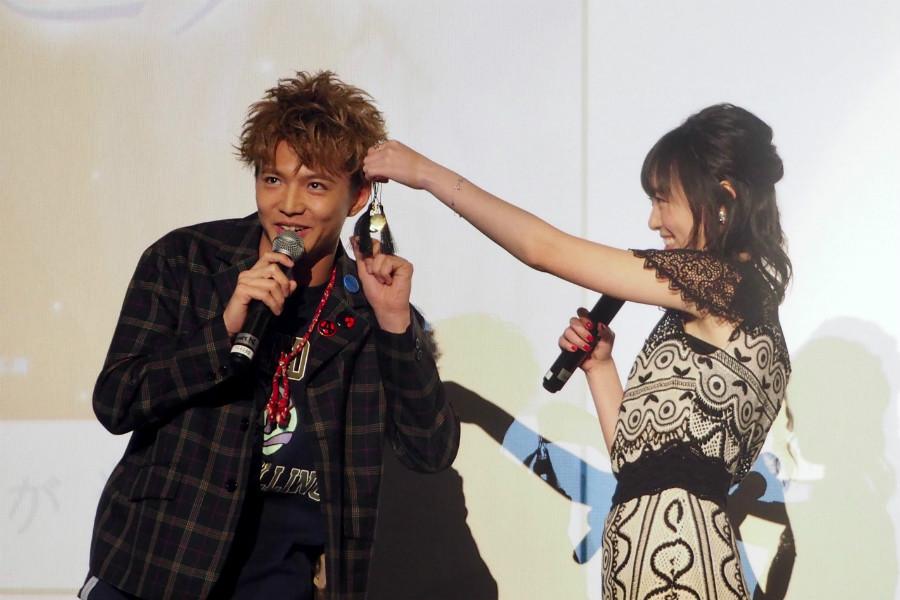 映画ポスター撮影中、ヒロインの髪をつまみ、指先でくるりと遊ばせるポーズが出演陣の間で流行。「つまくる」と名のついたそのポーズを披露する佐藤大樹(6日・茨木市内)