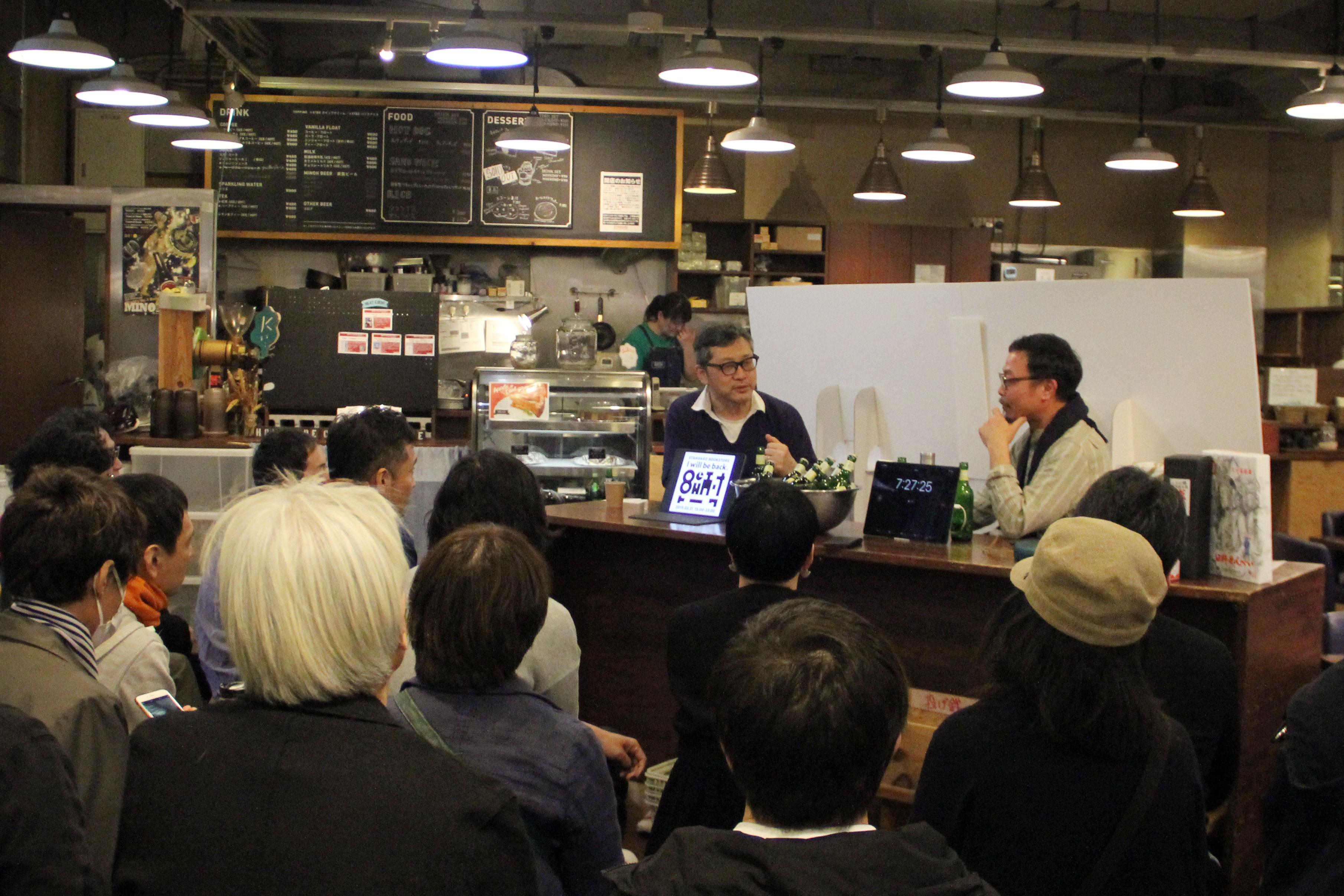 3月31日に開かれたイベント『8時間耐久トーク』の様子。15時からは書籍コーナーの一角でトークがスタートしたが、この時点で20名ほどの観客が集まった
