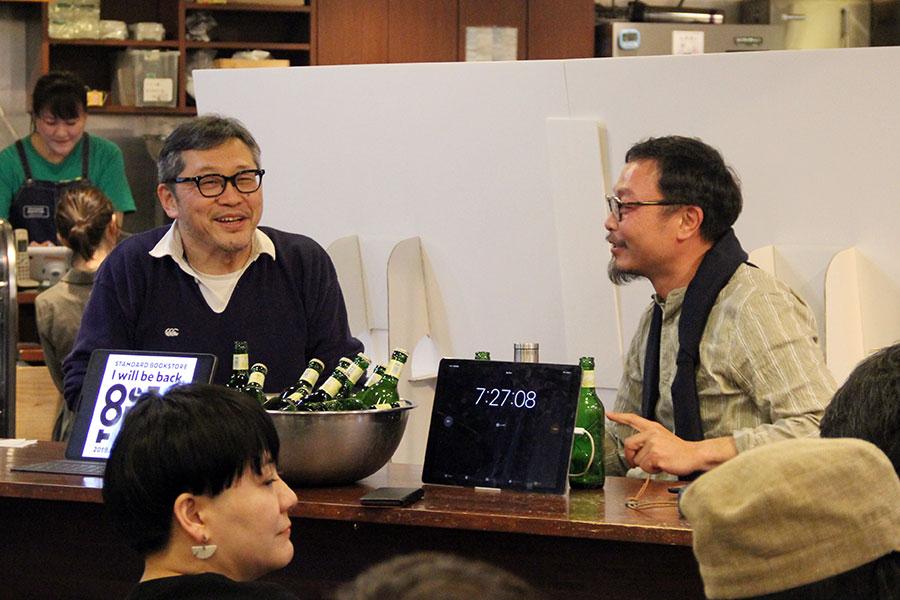 同店の今後についてトークする、同店の中川店長(左)と、大阪で空間デザインなどを中心に活躍するクリエイティブチーム「graf」代表の服部滋樹。