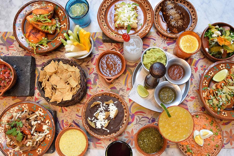 メキシコ料理では、トウモロコシ・豆・チリを主とした伝統料理も登場