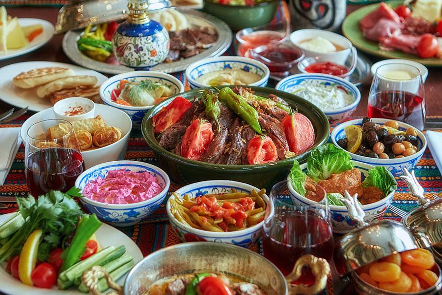 世界三大料理のトルコ料理をはじめ、沖縄、インド、ベトナム料理が月替わりで登場