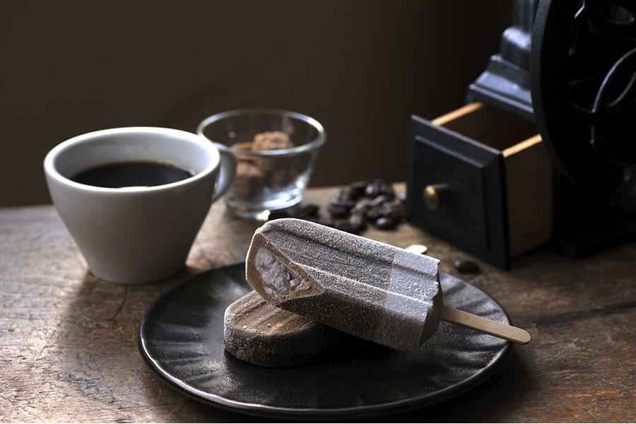 新登場の「コーヒーあずきバー」は、あずきと好バランスのカフェラテ味(65ml、70円・税抜)