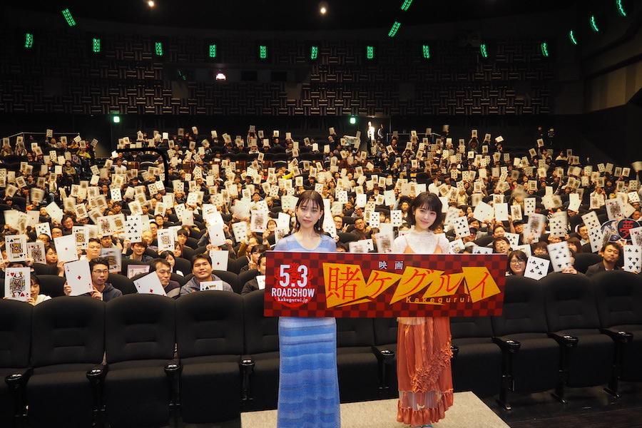 観客とともに記念撮影をする森川葵(左)、浜辺美波(27日・大阪市内)