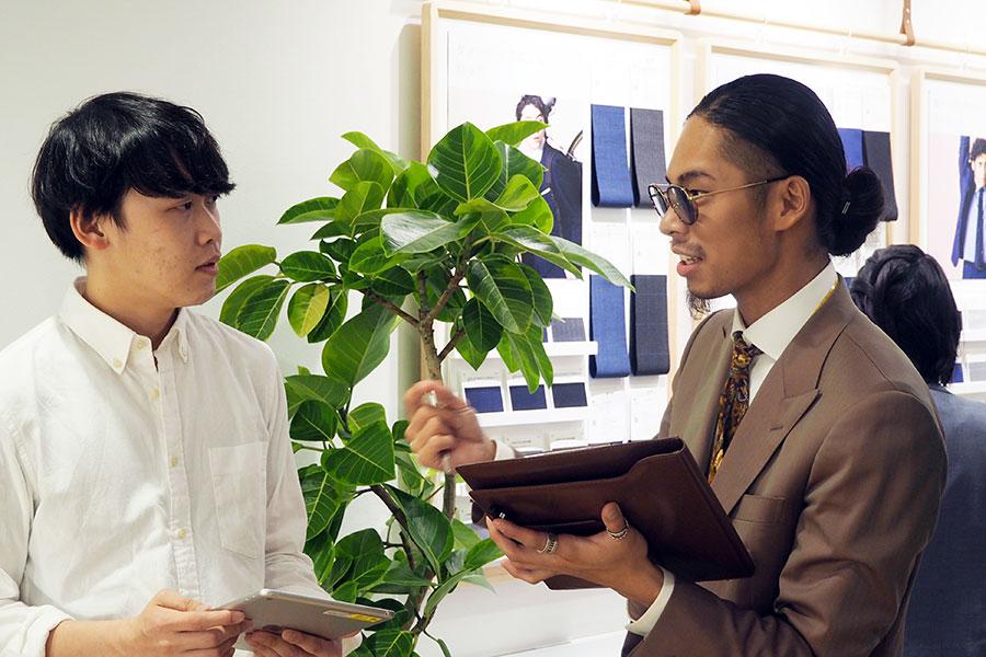 「お仕事ではよく動きますか?デスクワークが多いですか?」など、ライフスタイルについての質問を入口に、個人にぴったりのスーツを導き出してくれる