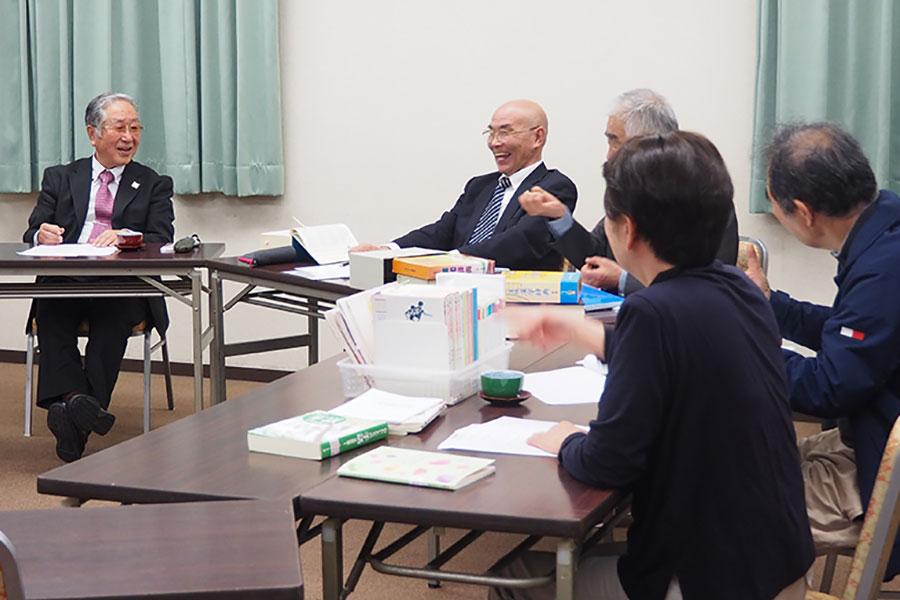 「日本手話研究所」(京都市右京区)で開催された会議の様子。案となった手話表現を用いて例文で会話するなど、表現の簡単さ、他の手話と間違えないことに配慮する議論がおこなわれた