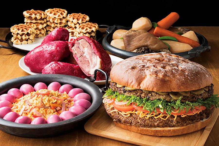 食べ放題で提供される、アメリカ風料理。大鍋と同じサイズ感のハンバーガーが強烈なインパクトを与える