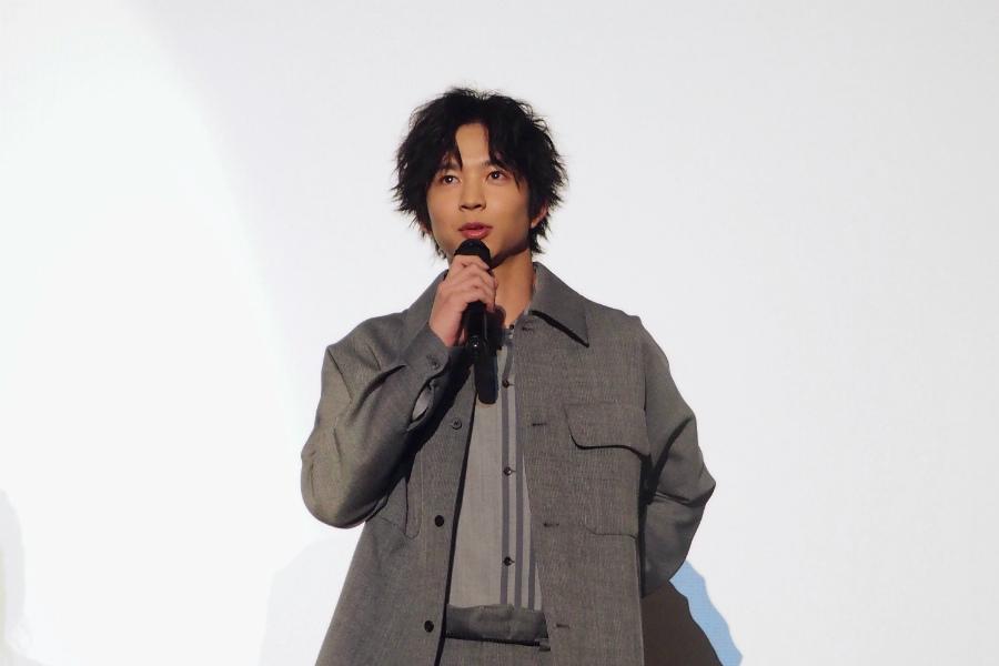 佐藤とは恋のライバル関係となる天文好きの美少年役を演じる鈴木仁(6日・茨木市内)