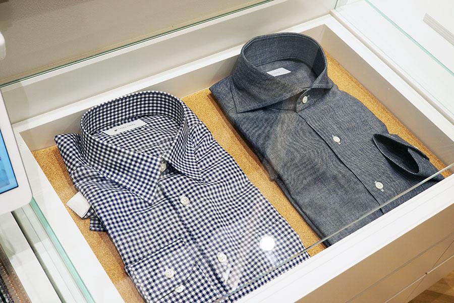 スーツだけでなく、生地と型を選べるシャツのオーダーも。こちらもECを通して購入できる