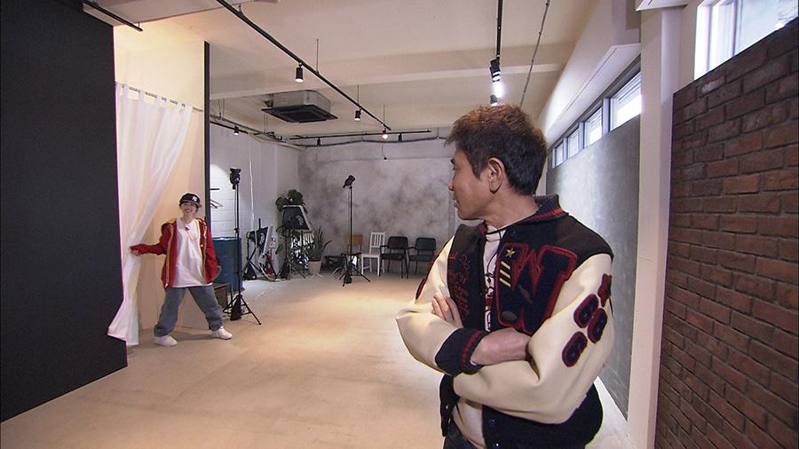 B系ファッションでポーズを決めて撮影する2人 写真提供:MBS
