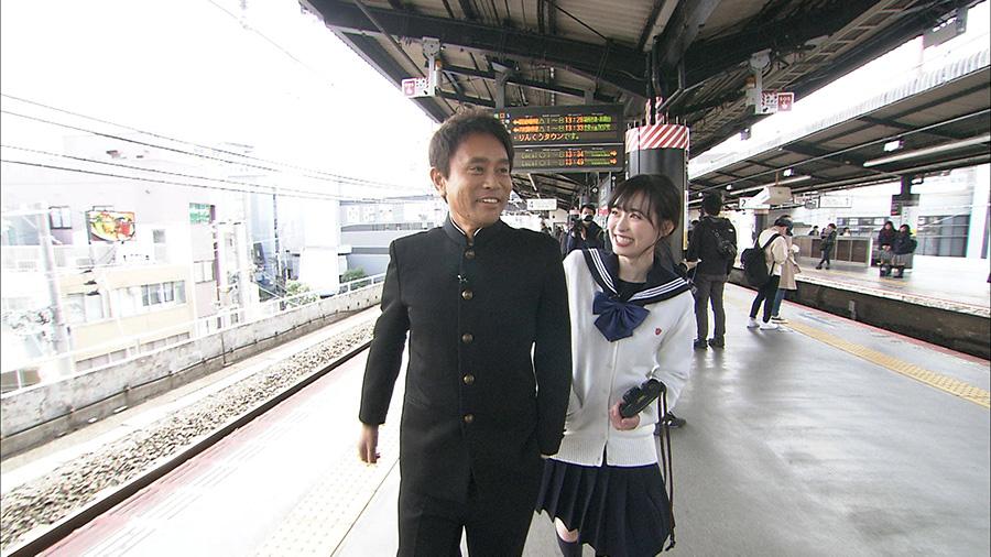 学生服姿でデートするため、駅のホームに現れた浜田と福原 写真提供:MBS