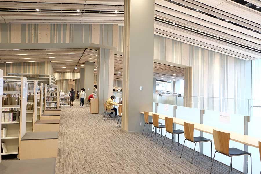 椅子とテーブルがたっぷりと用意されている2階。コンセントやパソコンを備えた学習コーナーもある