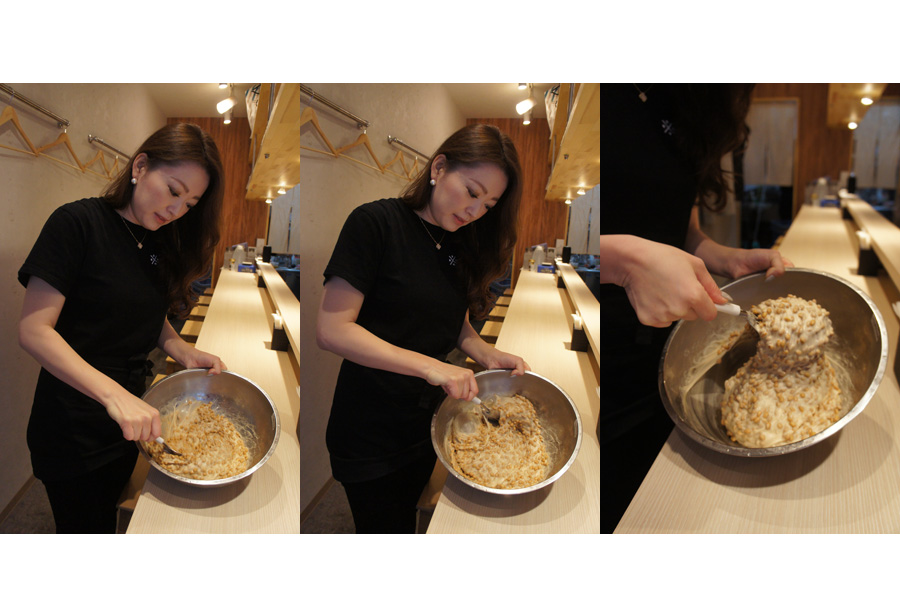 納豆を約400回かき混ぜる女性スタッフ