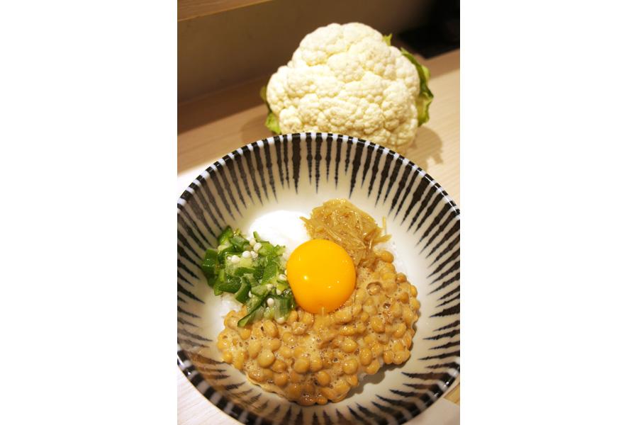 各定食にプラス300円で、白米とカリフラワーのハーフに変更できる(白米とカリフラワー各75g)