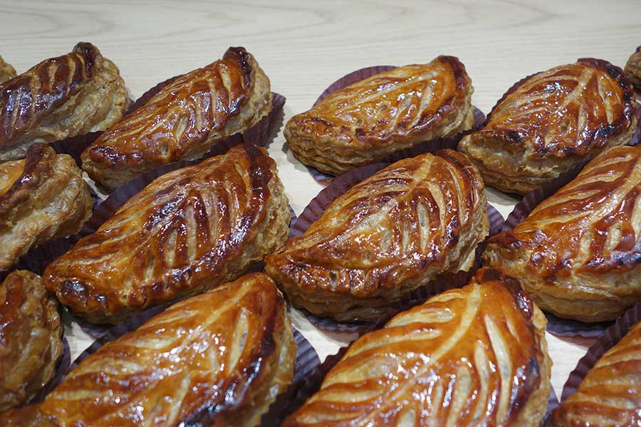 本店ではフランス語の「ショソン オ ポム」という商品名で販売されているアップルパイ。焼きたてが本店から運ばれてくる