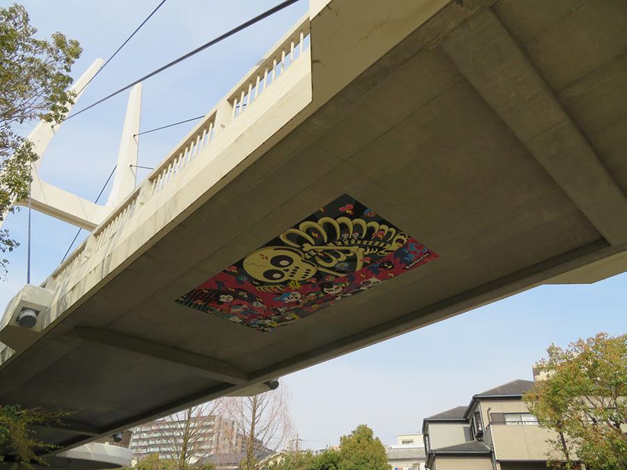 「まなび野橋」の橋桁裏に設置、マッドバーバリアンズの作品(歌川国芳作品をリライト)