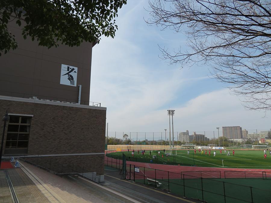 「桃山学院大学 総合体育館」に設置、鈴木信輔の作品(オーギュスト・ロダン作品をリライト)