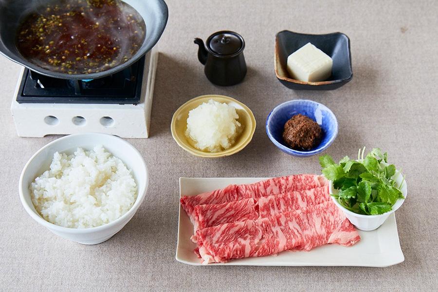 しゃぶしゃぶ肉は、厳選された淡路牛のリブロースを使う