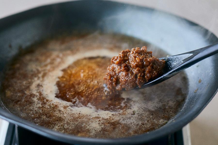 しゃぶしゃぶの後、鍋に肉味噌を投入する