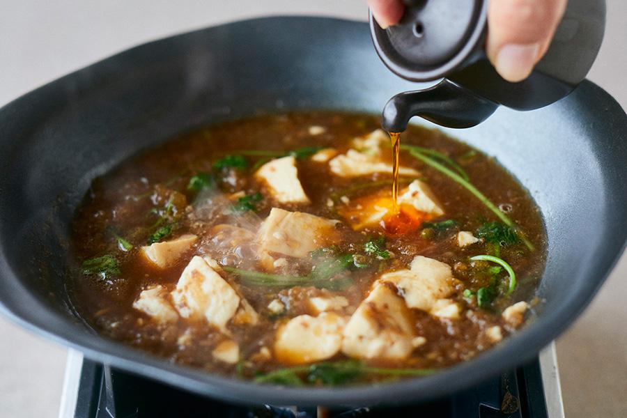 島豆腐をくずし入れ、ラー油をかけて、好みの辛さに調整すれば、麻婆豆腐が完成する