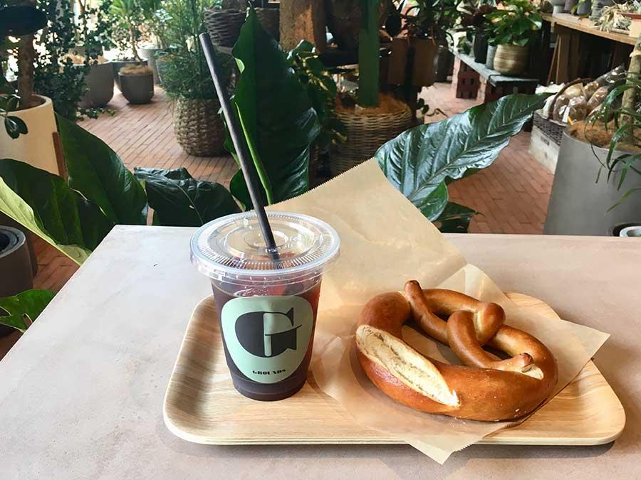 カフェ「GROUNDS」のコーヒーはエチオピアとジャバモカをベースにしたブレンドの2種類、各450円。プレーンのプレッツェル250円
